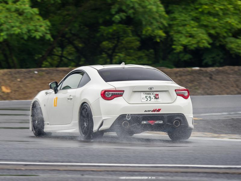 雨路面でも低速コーナーから高速コーナーまで安心して攻めれるADVAN A052